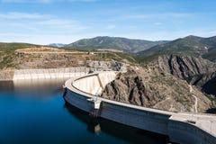 De het Atazar reservoir en dam stock afbeelding