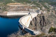 De het Atazar reservoir en dam stock afbeeldingen