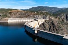 De het Atazar reservoir en dam royalty-vrije stock afbeelding