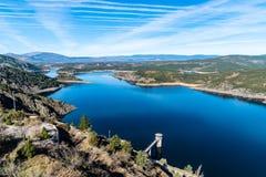 De het Atazar reservoir en dam stock foto's