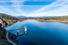 De het Atazar reservoir en dam royalty-vrije stock afbeeldingen