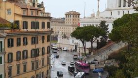 De het autoverkeer en mensen overbevolken dichtbij vierkante Piazza Venezia van Venetië en Capitoline-Heuvel stock video