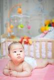 De het Aziatische chagrijnig blike chagrijnig blik en tong van het babymeisje uit royalty-vrije stock foto