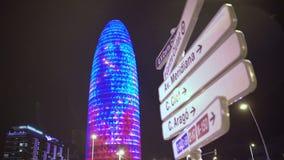 De het bureaubouw die van Torreagbar met vele kleurrijke LEIDENE lichten bij nacht fonkelen stock footage