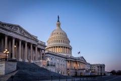 De het Capitoolbouw van Verenigde Staten bij zonsondergang - Washington, gelijkstroom, de V.S. Stock Foto
