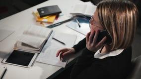 De het close-upa schoolmeisje of student draaien een aantal op een smartphone en roepen de leraar stock videobeelden