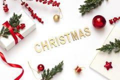 De het conceptenvlakte van het Kerstmisnieuwjaar legt met tekst op de witte achtergrond royalty-vrije stock foto