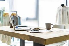 De het creatieve bureau of werkplaats van de manierontwerper met het naaien van materiaal, stoffen, malplaatjes, moderne inspirat stock afbeeldingen