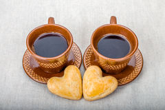 De het eigengemaakte hart en koppen van de koekjesvorm van koffie Royalty-vrije Stock Foto's