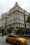 De het gebouw en taxi van Ansonia op de straat Stock Afbeelding