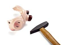De het geldbesparingen van het spaarvarken financieren gebroken hamer stock afbeelding