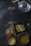 De het groene poeder en drank van theematcha Stock Afbeeldingen