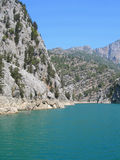De het groene Reservoir en Dam van de Canion Stock Afbeeldingen