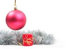 De het hangende stuk speelgoed en kaars van het Nieuwjaar met Royalty-vrije Stock Fotografie
