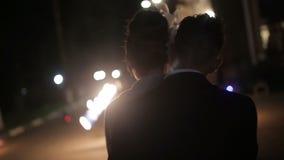 De het horlogebrand van het huwelijkspaar toont stock videobeelden