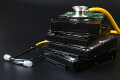 De het interne SATA-type hardeschijfstation en stethoscoop met exemplaarruimte op zwarte achtergrond voor beschermen gegevens, va royalty-vrije stock afbeeldingen