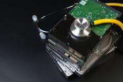 De het interne SATA-type hardeschijfstation en stethoscoop met exemplaarruimte op zwarte achtergrond voor beschermen gegevens, va royalty-vrije stock foto