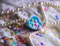 de het kantminiatuur van de prinseskleding speelt kleurrijke van de hartvorm pastelkleur mee als achtergrond Stock Afbeelding