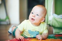 De het Kindjongen van de zuigelingsbaby Zes Maanden oud speelt op een Vloer Stock Foto