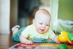 De het Kindjongen van de zuigelingsbaby Zes Maanden oud speelt op een Vloer Royalty-vrije Stock Fotografie