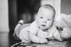 De het Kindjongen van de zuigelingsbaby Zes Maanden oud speelt op een Vloer Stock Afbeelding
