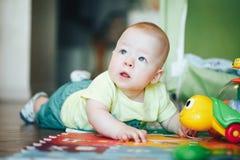 De het Kindjongen van de zuigelingsbaby Zes Maanden oud speelt op een Vloer Royalty-vrije Stock Foto's