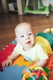 De het Kindjongen van de zuigelingsbaby Zes Maanden oud speelt op een Vloer Royalty-vrije Stock Foto