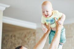 De het Kindjongen van de zuigelingsbaby Zes Maanden oud toont Emoties Stock Foto