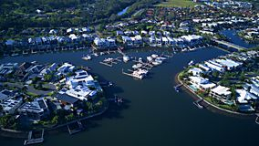 De het kleine Landgoed en Boot van het Harbour Viewkanaal herbergen RiverLinks-Landgoed naast Coomera-het Eiland van de de mening royalty-vrije stock foto