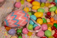 De het kleurrijke suikergoed en eieren van Pasen stock afbeelding