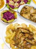 De het kokende vlees en salade van de voedselkip stock fotografie