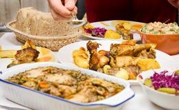 De het kokende vlees en salade van de voedselkip stock afbeeldingen