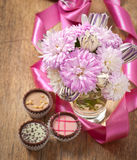 De het mooie boeket en chocolade van de asterbloem Royalty-vrije Stock Afbeelding