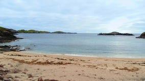 De het mooie Strand en klippen van Sheigra in Shegra-Noord-Schotland stock videobeelden