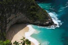 De het mooie Strand en rotsen van Klingking op het Eiland Nusa Penida dichtbij het Eiland Bali in Indonesië royalty-vrije stock foto