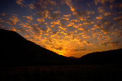 De het plaatsen zon en de vlammende wolk Stock Foto