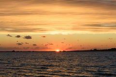 De het plaatsen zon op het estuarium stock foto's