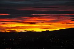 De het plaatsen zon over de stad van Oslo stock afbeeldingen