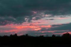 De het plaatsen zon silhouetteert heuvels aangezien het op de wateren van de Rivier van Ohio zoals die van Paden-Stad, het Westen royalty-vrije stock fotografie