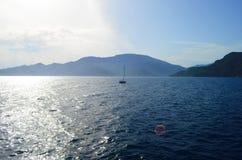 De het plaatsen zon in de wolken over het Egeïsche Overzees royalty-vrije stock foto's