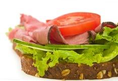 De het rundvleessandwich van het braadstuk op wit, sluit omhoog Stock Foto