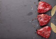 De het ruwe lapje vlees en kruiden van het filetrundvlees stock afbeeldingen