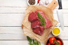 De het ruwe lapje vlees en kruiden van het filetrundvlees op houten lijst Hoogste mening stock foto's
