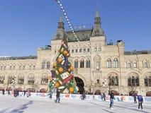 De het schaatsen piste op Rood Vierkant en de mensen berijden Stock Afbeeldingen