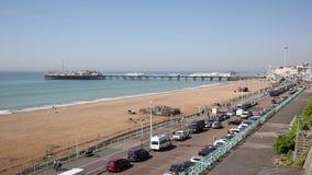 De het de strandboulevardstrand en pijler van Brighton doorstaan in fine Engeland het UK stock footage