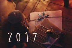 de het tekentekst van 2017 op Kerstmis rustieke ambacht stelt met ornamenten voor Stock Foto's