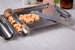 De het Tellende Dienblad en Spatel van de roestvrij staaldrug met geneeskundepillen Stock Fotografie