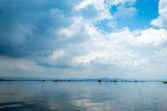 De het vlot het drijven kweken van vis en hemel in Krasiew-dam, Supanburi stock afbeeldingen