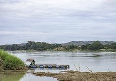 De het vlot het drijven kweken van vis en hemel op de Mekong Rivier in Loei in Thailand stock afbeeldingen