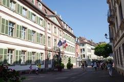 De het winkelen straat Rue des Clefs in Colmar in Frankrijk Stock Afbeeldingen